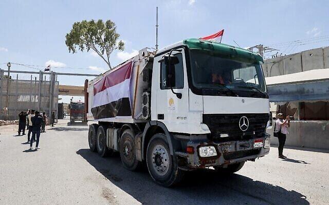 قافلة شاحنات محملة بمعدات بناء قدمتها مصر تصل إلى الجانب الفلسطيني من معبر رفح الحدودي بين مصر وقطاع غزة، 4 يونيو، 2021. (Said Khatib / AFP)