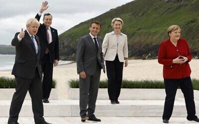 (من اليسار إلى اليمين)رئيس الوزراء البريطاني بوريس جونسون، ورئيس الوزراء الإيطالي ماريو دراجي، والرئيس الفرنسي إيمانويل ماكرون ، ورئيسة المفوضية الأوروبية أورسولا فون دير لاين ، والمستشارة الألمانية أنجيلا ميرك ، بعد التقاط صورة مشتركة في بداية قمة مجموعة السبع في كاربيس باي، كورنوال في بريطانيا، 11 يونيو، 2021. (Ludovic MARIN / AFP)