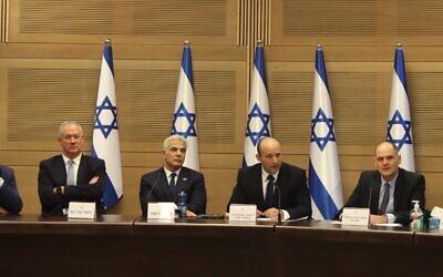 رئيس الوزراء الإسرائيلي القادم نفتالي بينيت (وسط) يلقي خطابا أمام الحكومة الجديدة برفقة رئيس الوزراء المناوب ووزير الخارجية يائير لابيد (وسط يسار) ووزير الدفاع بيني غانتس (إلى اليسار)، ونائب رئيس الوزراء بالإنابة ليئور ناتان (إلى اليمين)، في الكنيست بالقدس، 13 يونيو، 2021.(Gil COHEN-MAGEN / AFP)