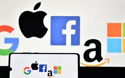 في هذه الصورة التي تم التقاطها في 18 ديسمبر 2020، تظهر صورة توضيحية تم التقاطها في لندن لشعارات 'غوغل' و 'آبل' و 'فيسبوك' و'أمازون' و 'مايكروسوفت' معروضة على هاتف محمول وشاشة كمبيوتر محمول.(JUSTIN TALLIS / AFP)