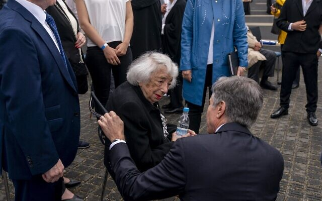 وزير الخارجية الأمريكي أنتوني بلينكين (الثاني من اليمين) يحيي الناجية من المحرقة مارغو فرايدليندر (الجالسة على مقعد)  بعد مراسم إطلاق الحوار الأمريكي الألماني حول قضايا المحرقة في النصب التذكاري ليهود أوروبا ضحايا المحرقة النازية مع وزير الخارجية الألماني في برلين، ألمانيا، 24 يونيو، 2021. (Andrew Harnik / POOL / AFP)