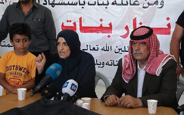 زوجة الناشط السياسي الفلسطيني نزار بنات، جيهان، تتحدث خلال مؤتمر صحفي في منزل العائلة في دورا جنوب مدينة الخليل بالضفة الغربية، في 28 حزيران، 2021، عن تقدم في التحقيق في وفاة زوجها في 24 حزيران خلال اعتقاله من قبل قوات الأمن التابعة للسلطة الفلسطينية. (MOSAB SHAWER / AFP)