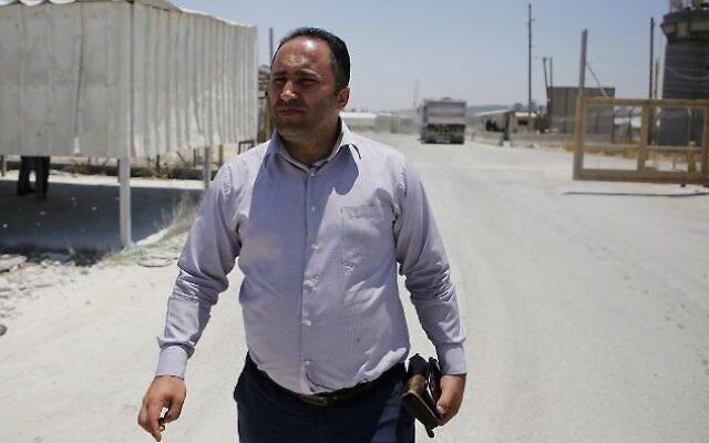 الناشط الفلسطيني عيسى عمرو يصل لجلسة استماع في محكمة عوفر العسكرية، 9 يوليو، 2017، في بلدة بيتونيا، بالقرب من مدينة رام الله بالضفة الغربية. (AFP Photo/Abbas Momani)