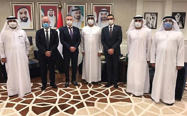 ممثلو جامعة تل أبيب ومسؤولون إماراتيون في توقيع مذكرة تفاهم لإنشاء معهد مشترك لأبحاث المياه في أبو ظبي بالإمارات العربية المتحدة. (Tel Aviv University)