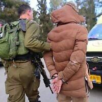 توضيحية: جندي إسرائيلي يعتقل مشتبها به بعد مداهمة في مدينة نابلس بالضفة الغربية، 18 مارس، 2018. (Israel Defense Forces)