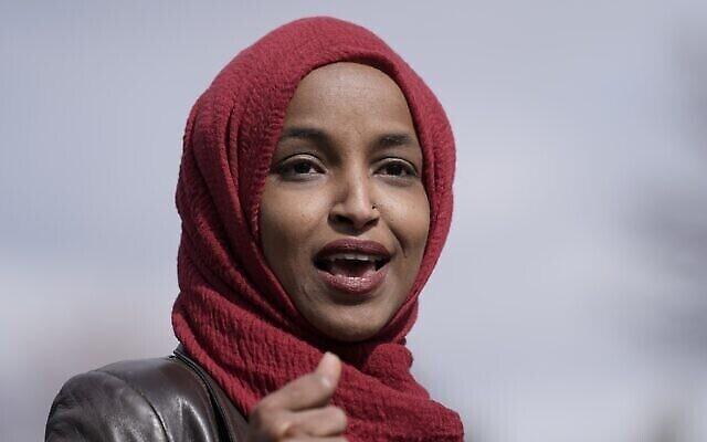 عضو الكونجرس إلهان عمر، ديمقراطية من مينيسوتا ، تتحدث في 20 أبريل 2021، في بروكلين سنتر، مينيسوتا. (AP Photo/Morry Gash)