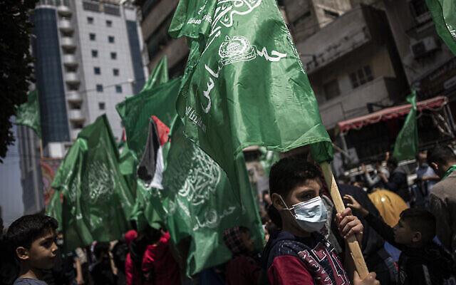 توضيحية: فلسطينيون يحملون أعلام حركة حماس الخضراء يشاركون في مظاهرة تضامنية مع المصلين المسلمين في القدس، في مدينة غزة، 23 أبريل، 2021. (AP Photo / Khalil Hamra)