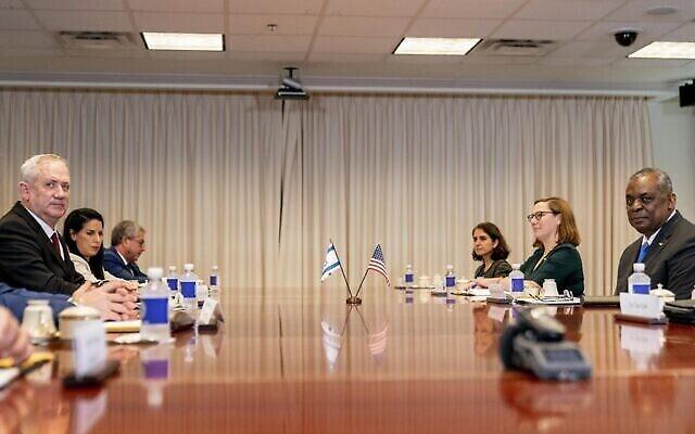 وزير الدفاع الأمريكي لويد أوستن، على يمين الصورة، يستضيف  في لقاء ثنائي وزير الدفاع بيني غانتس، من اليسار، في البنتاغون في واشنطن، 3 يونيو، 2021. (AP Photo / Andrew Harnik)