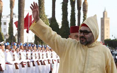 العاهل المغربي محمد السادس يلوح للجمهور لدى وصوله لحضور الجلسة الافتتاحية للبرلمان المغربي في الرباط، المغرب، 12 أكتوبرـ 2018. (AP Photo / Abdeljalil Bounhar)