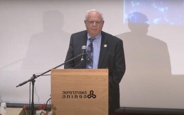 آفي هار إيفن ، الرئيس الأسبق لوكالة الفضاء الإسرائيلية، خلال محاضرة في جامعة بار إيلان، فبراير 2013. (Screen capture / YouTube)