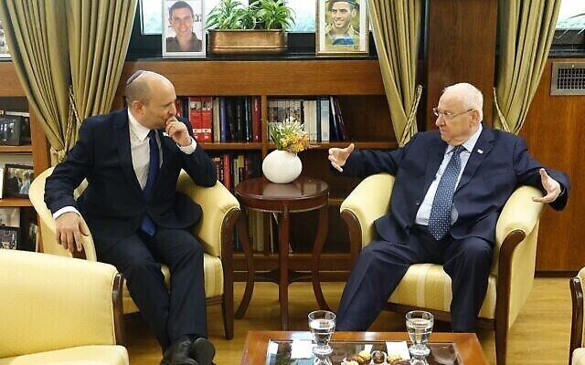 رئيس الوزراء نفتالي بينيت (على يمين الصورة) والرئيس رؤوفين ريفلين يلتقيان في مقر رؤساء إسرائيل، 23 يونيو ، 2021.(President's House)