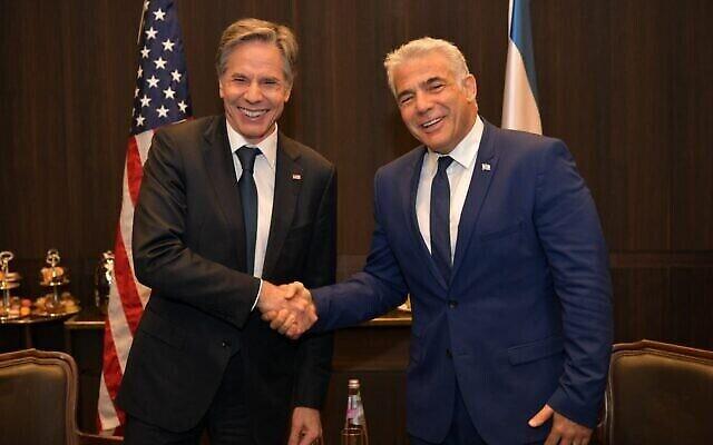 وزير الخارجية الأمريكي أنتوني بلينكن وزعيم المعارضة يائير لابيد في القدس، 25 مايو، 2021. (Yair Lapid / Twitter)
