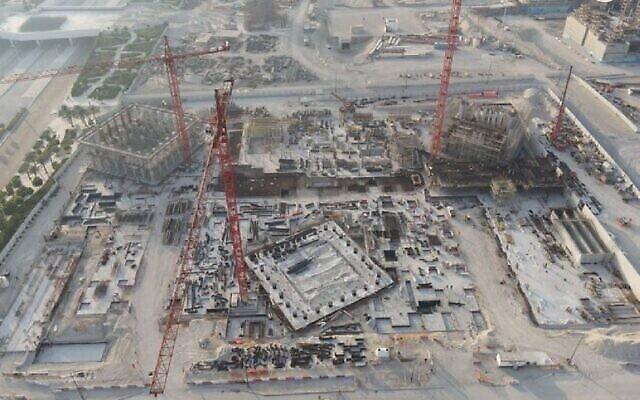 صورة تظهر اكتمال 20٪ من أعمال البناء في يونيو 2021 في الموقع المستقبلي لبيت العائلة الإبراهيمية في أبو ظبي.(Abu Dhabi Government Media Office)