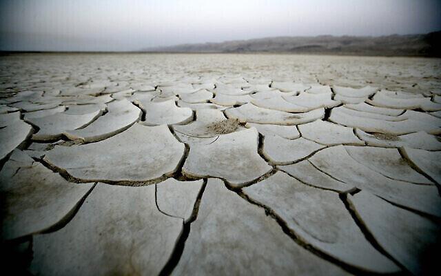 الأرض الجافة في فترة جفاف ، شمال البحر الميت في إسرائيل. (ABIR SULTAN / Flash90)