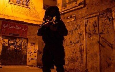 توضيحية: جندي إسرائيلي من لواء جفعاتي خلال عملية تفتيش في مخيم للاجئين في مدينة جنين بالضفة الغربية، 19 يونيو، 2014. (IDF Spokesperson / Flash90)