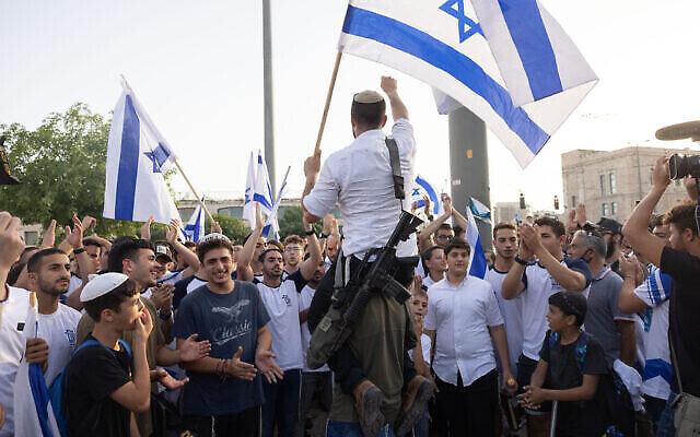مشاركون في 'مسيرة الأعلام' بالقرب من البلدة القديمة في القدس، 10 مايو، 2021. (Nati Shohat / Flash90)