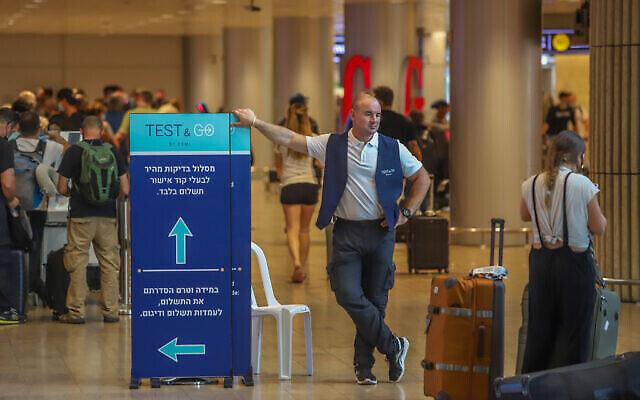 المسافرون يصطفون للخضوع لاختبار كوفيد-19 في مطار بن غوريون الدولي، 20 يونيو، 2021. (Yossi Aloni / FLASH90)