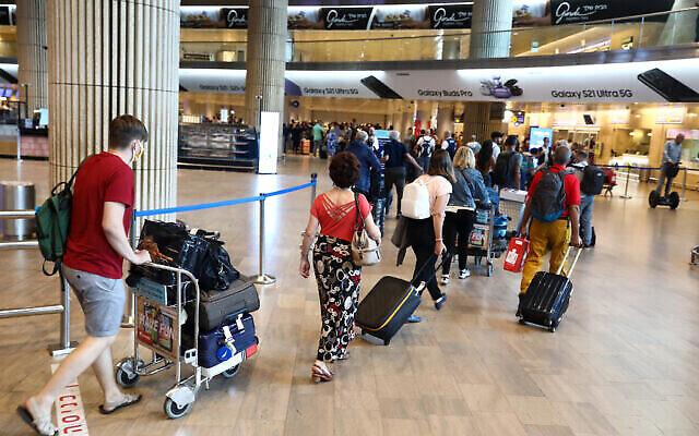 مسافرون في مطار بن غوريون الدولي، 20 يونيو، 2021. (Yossi Aloni / FLASH90)