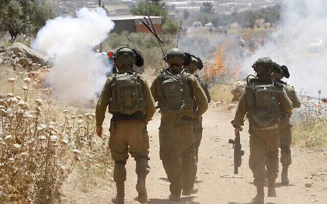 من الأرشيف: جنود إسرائيليون يشتبكون مع فلسطينيين خلال مظاهرة في قرية بيت دجن بالقرب من مدينة نابلس بالضفة الغربية، 7 مايو، 2021. (Nasser Ishtayeh / Flash90)
