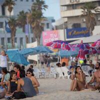 مستجمون على الشاطئ في تل أبيب، 22 مايو، 2021.  (Miriam Alster/FLASH90)