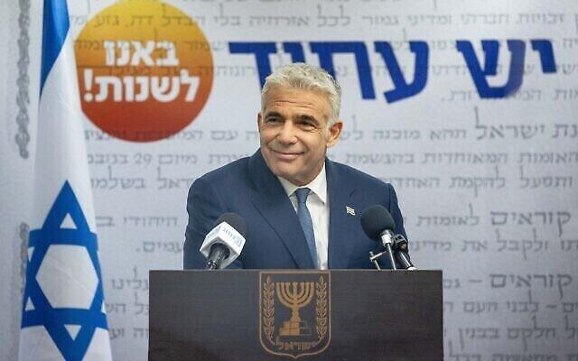 زعيم حزب يش عتيد، يائير لابيد، يتحدث خلال جلسة لكتلة الحزب في الكنيست، 31 مايو، 2021. (Yonatan Sindel / Flash90)