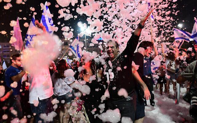 الإسرائيليون يحتفلون بالحكومة الجديدة في ميدان رابين في تل أبيب، 13 يونيو، 2021. (Tomer Neuberg / FLASH90)