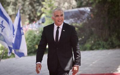 وزير الخارجية يائير لبيد يصل الى مقر رؤساء إسرائيل في القدس لالتقاط صورة جماعية مع رئيس الدولة للحكومة الجديدة، 14 يونيو، 2021. (Yonatan Sindel / FLASH90)