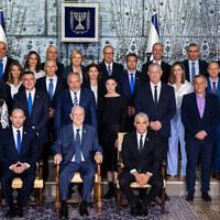 وزراء في الحكومة الإسرائيلية الجديدة في الصورة الجماعية التقليدية في مقر رؤساء إسرائيل في القدس، 14 يونيو، 2021. (Yonatan Sindel / Flash90)