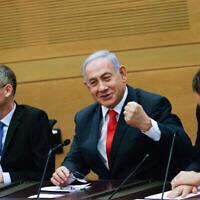 زعيم المعارضة بنيامين نتنياهو يترأس اجتماعا لأعضاء الكنيست المعارضين في الكنيست في 14 يونيو 2021، بعد يوم من فقدان السلطة. (Yonatan Sindel / FLASH90)