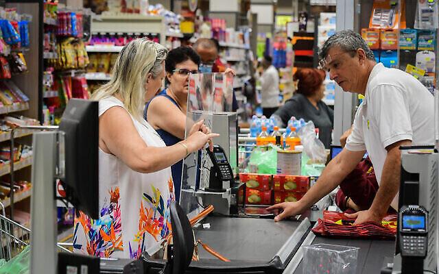 متسوقون في سوبر ماركت 'يوحانانوف' في تل أبيب في 14 يونيو 2021، بعد أن أعلنت وزارة الصحة انتهاء فرض ارتداء الكمامات في الأماكن العامة المغلقة. (Avshalom Sassoni/Flash90)