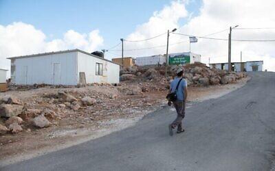 مستوطنون في بؤرة ايفياتار الاستيطانية غير القانونية، شمال الضفة الغربية، 16 يونيو، 2021. (Sraya Diamant / Flash90)