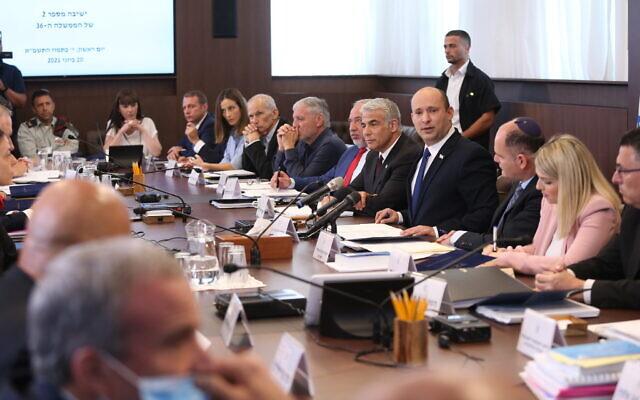 رئيس الوزراء نفتالي بينيت (أمام الكاميرا) يترأس اجتماعا لمجلس الوزراء في مكتب رئيس الوزراء في القدس، 20 يونيو، 2021. (Amit Shabi / POOL)