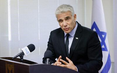 وزير الخارجية يائير لابيد يتحدث خلال اجتماع لكتلة حزبه 'يش عتيد' في الكنيست، 21 يونيو، 2021. (Olivier Fitoussi / Flash90)