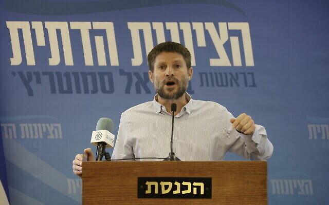 رئيس حزب 'الصهيونية المتدينة' عضو الكنيست بتسلئيل سموتريتش يدلي ببيان للصحافة في الكنيست بالقدس، 21  يونيو، 2021. (Olivier FItoussi/Flash90)
