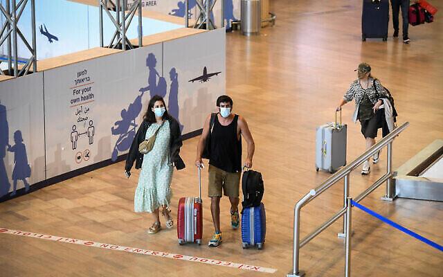 وصول المسافرين الى مطار بن غوريون الدولي في 23 يونيو، 2021. (Flash90)