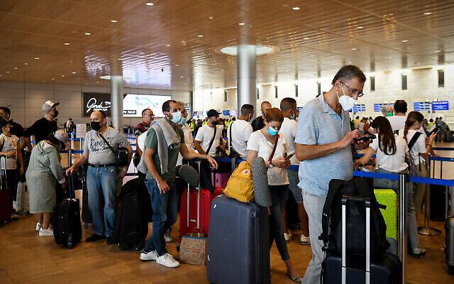 مسافرون يرتدون الكمامات في صالة المغادرين بمطار بن غوريون، 23 يونيو، 2021. (Flash90)