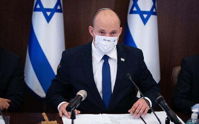 رئيس الوزراء نفتالي بينيت يترأس جلسة لمجلس الوزراء في مكتب رئيس الوزراء في القدس، 20 يونيو، 2021. (Alex Kolomoisky / POOL)