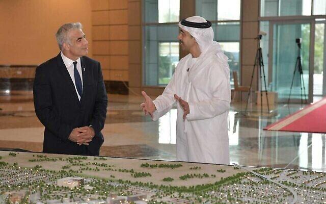 وزير الخارجية يائير لابيد (إلى اليسار) ونظيره الإماراتي عبد الله بن زايد آل نهيان يلتقيان في وزارة الخارجية الإماراتية في أبو ظبي، 29 يونيو، 2021.(Shlomi Amsalem/GPO)