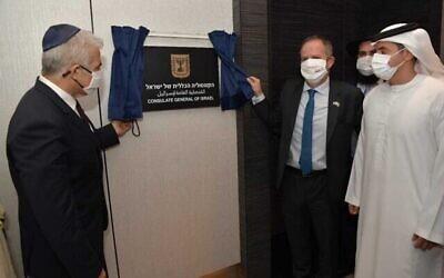 وزير الخارجية يائير لابيد (يسار) وايلان شتلمان، القنصل العام في دبي (وسط) في افتتاح القنصلية الإسرائيلية الجديدة في دبي، 30 يونيو، 2021. (Shlomi Amsalem / GPO)