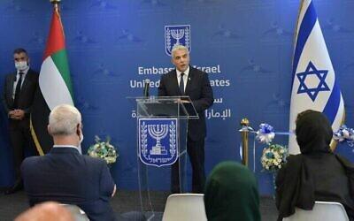 وزير الخارجية يائير لابيد يتحدث خلال افتتاح السفارة الإسرائيلية في أبو ظبي، 29 يونيو، 2021. (Shlomi Amsalem / GPO)