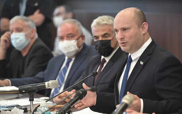 رئيس الوزراء نفتالي بينيت (في الصورة من اليمين) في الجلسة الأسبوعية للحكومة في القدس، 27 يونيو، 2021. (Kobi Gideon / GPO)