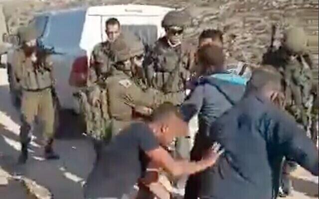 فلسطينيون يشتبكون مع جنود إسرائيليين خارج قرية الطواني في الضفة الغربية، 1 يناير، 2021. (screenshot)