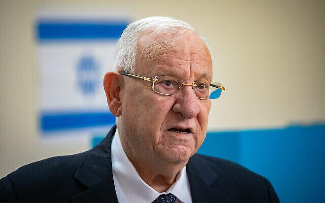 الرئيس رؤوفين ريفلين يدلي بصوته في محطة اقتراع في القدس، خلال انتخابات الكنيست، 23 مارس، 2021. (Olivier Fitoussi / Flash90)