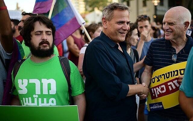 رئيس حزب ميرتس نيتسان هوروفيتس، في وسط الصورة، يشارك في مظاهرة لمجتمع الميم في تل أبيب، 14 يوليو، 2019. (Tomer Neuberg / Flash90)