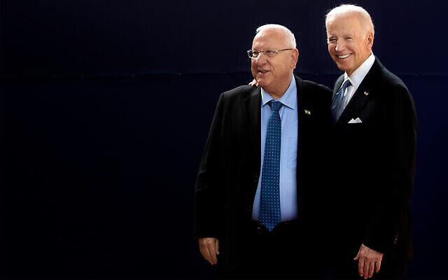 نائب الرئيس الامريكي جو بايدن، من اليمين، يقف لالتقاط صورة مع الرئيس رؤوفين ريفلين، من اليسار، خلال لقاء في مقر رؤساء إسرائيل في القدس، 9 مارس، 2016. (AP Photo / Sebastian Scheiner)