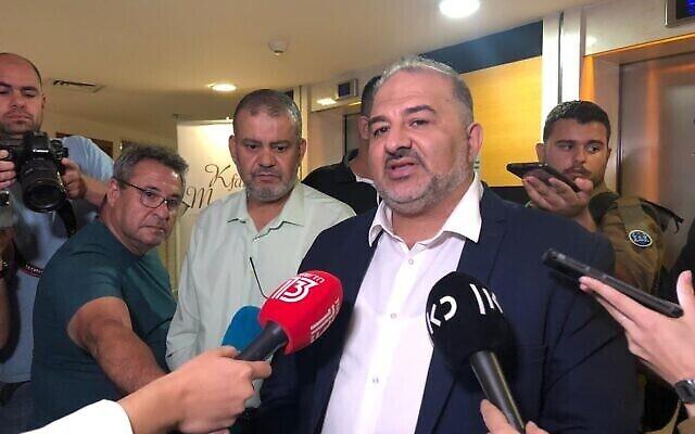 رئيس حزب القائمة العربية الموحدة، منصور عباس، يتحدث مع الصحفيين بعد المحادثات الإئتلافية في كفر همكابيا، رمات غان،  2 يونيو، 2021. (Tal Schneider/The Times of Israel)