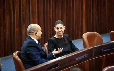 رئيس حزب 'يمينا'، نفتالي بينيت (على يسار الصورة) ورئيسة حزب 'العمل'، ميراف ميخائيلي، في قاعة الكنيست أثناء التصويت لانتخاب رئيس دولة إسرائيل الحادي عشر، 2 يونيو، 2021.  (Dani Shem Tov/ Knesset)