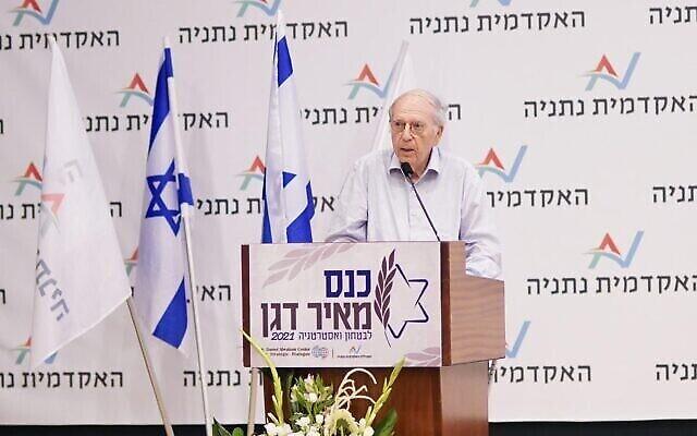 رئيس الموساد الأسبق إفرايم هليفي يتحدث في مؤتمر لإحياء ذكرى خليفته في المنصب، مئير دغان، في نتانيا، 9 يونيو، 2021. (Tamir Bargig/Netanya Academic College)