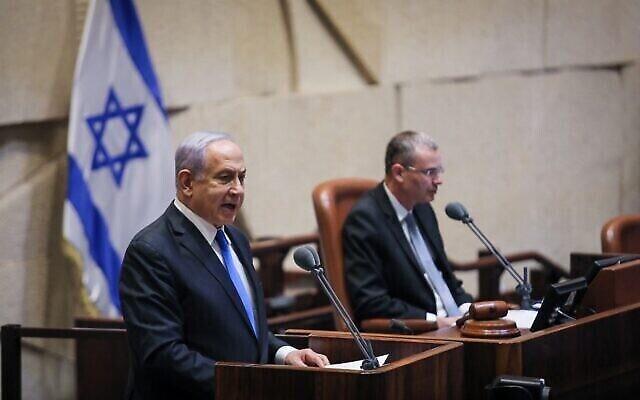 رئيس الوزراء بنيامين نتنياهو يلقي كلمة أمام الكنيست بكامل هيئتها في 13 يونيو 2021، قبل التصويت على الحكومة الجديدة.  (Noam Moskowitz/Knesset spokesperson)