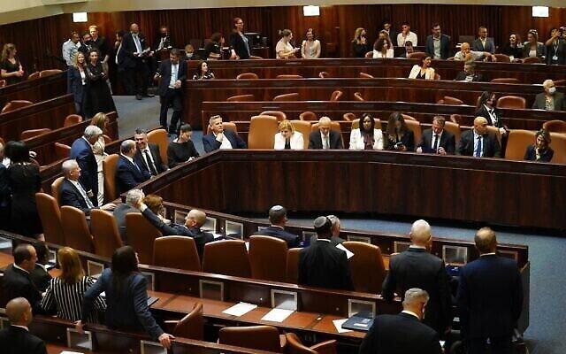 الحكومة الإسرائيلية الجديدة برئاسة رئيس الوزراء نفتالي بينيت، في الكنيست، 13 يونيو، 2021. (Noam Moscowitz / Knesset)